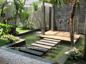 Taman kolam ikan dengan gazebo